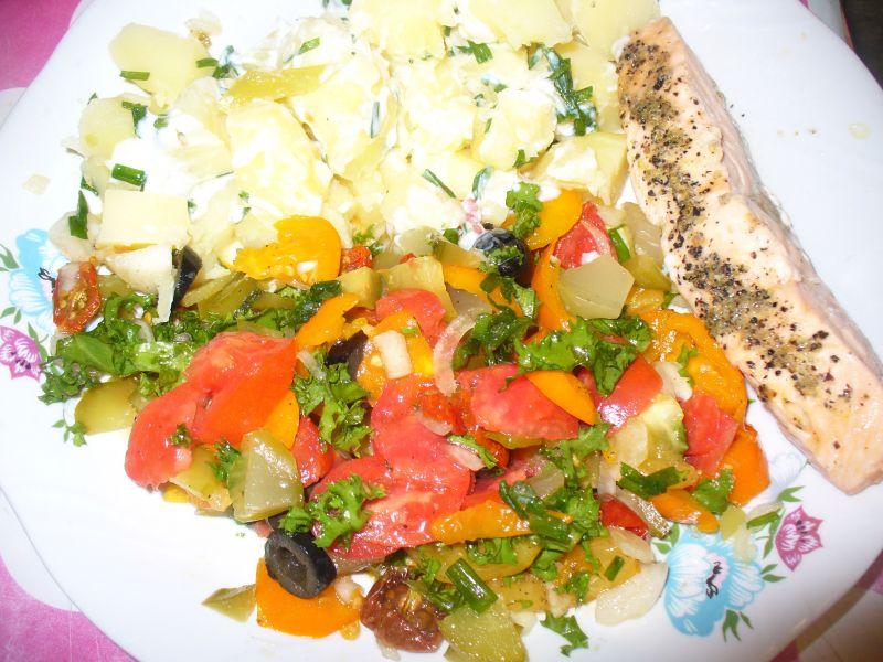 Sałatka z pomidorkami,ogórkiem kiszonym, oliwami