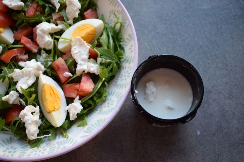 Sałatka z rukolą, jajkiem i serem burrata