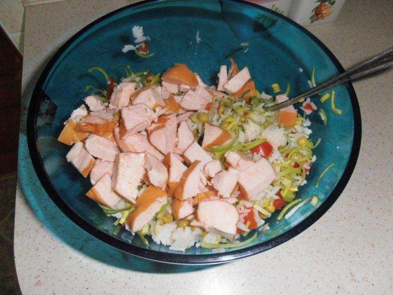 Sałatka z ryżem basmati i wędzonym kurczakiem