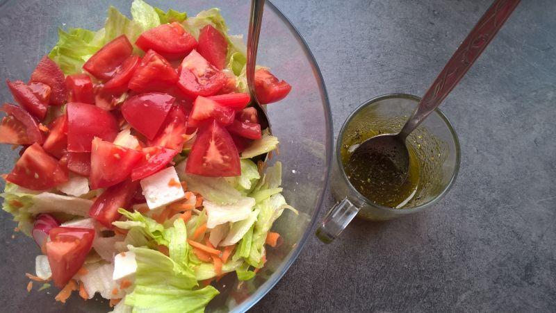 Sałatka z rzodkiewką, marchewką i serem feta
