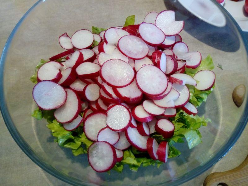 Sałatka z rzodkiewką, sałatą, pomidorem, kukurydzą