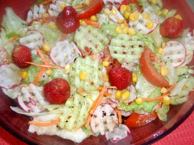 Sałatka z rzodkiweką i truskawkami