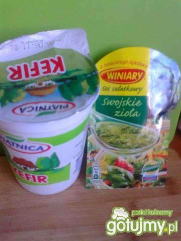sałatka z sałaty i pomidorów z sosem