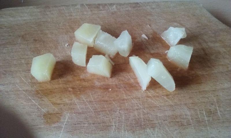 Sałatka z sera z fasolką i ananasem