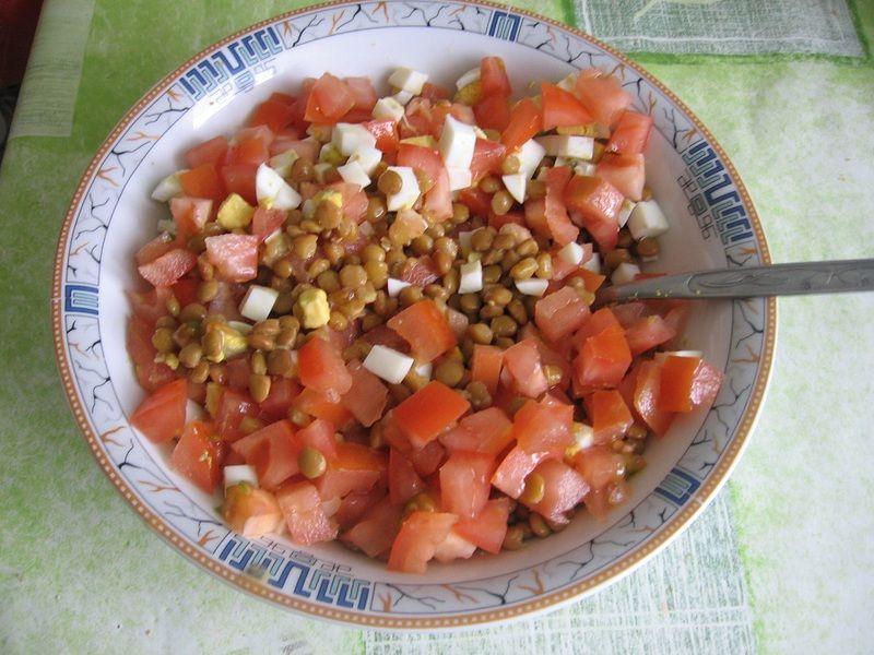 Sałatka z soczewicą i pomidorami