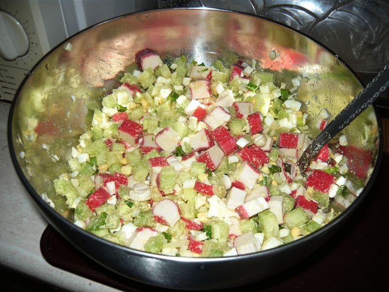 Sałatka z surimi i ogórkiem zielonym