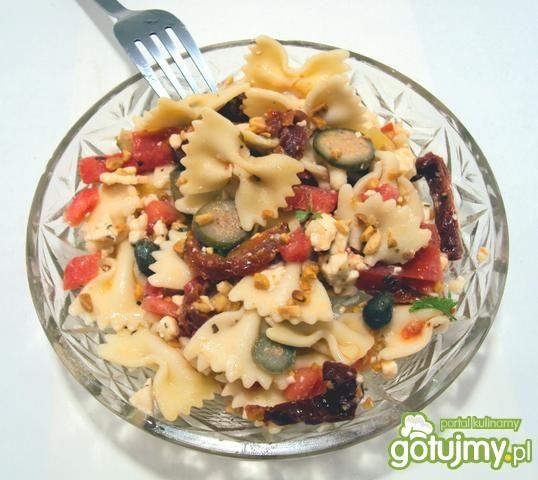 Sałatka z suszonymi pomidorami i serem