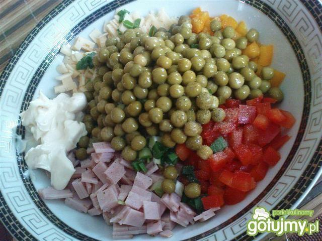 Sałatka z szynką i serem żółtym 2