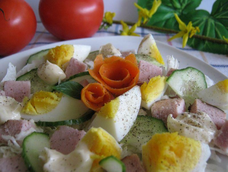 Sałatka z szynką ogórkiem i jajkiem