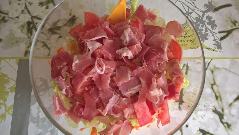 Sałatka z szynką parmeńską i marchewką
