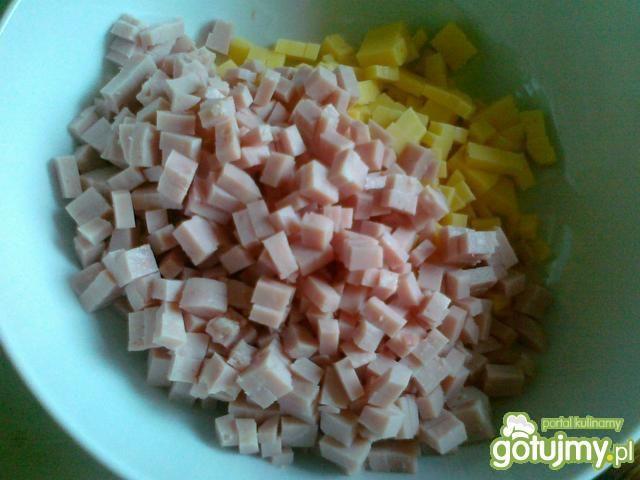 Sałatka z tortellini i fasolą czerwoną