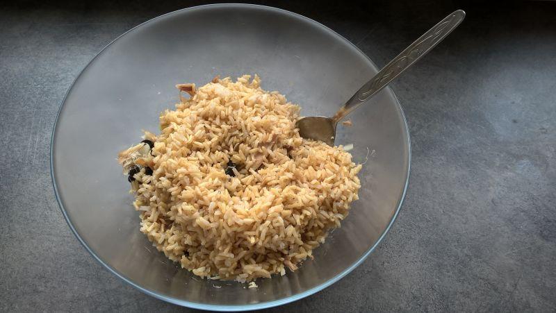 Sałatka z trewalem, brązowym ryżem i szpinakiem