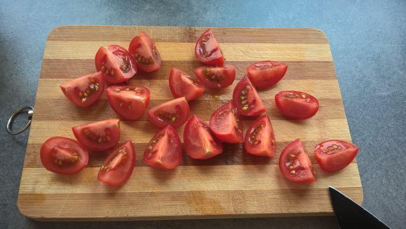 Sałatka z trewalem i pomidorkami koktajlowymi