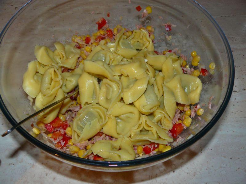 Sałatka z tuńczykiem i pierożkami(szpinak-ricotta)