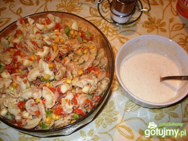 Sałatka z tuńczykiem,makaronem, jabłkiem