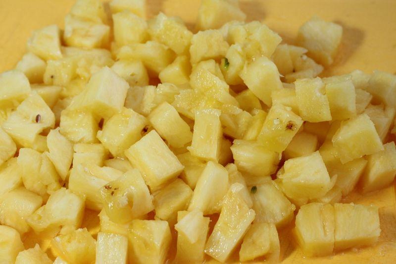 Sałatka z tuńczykiem ryżem i ananasem