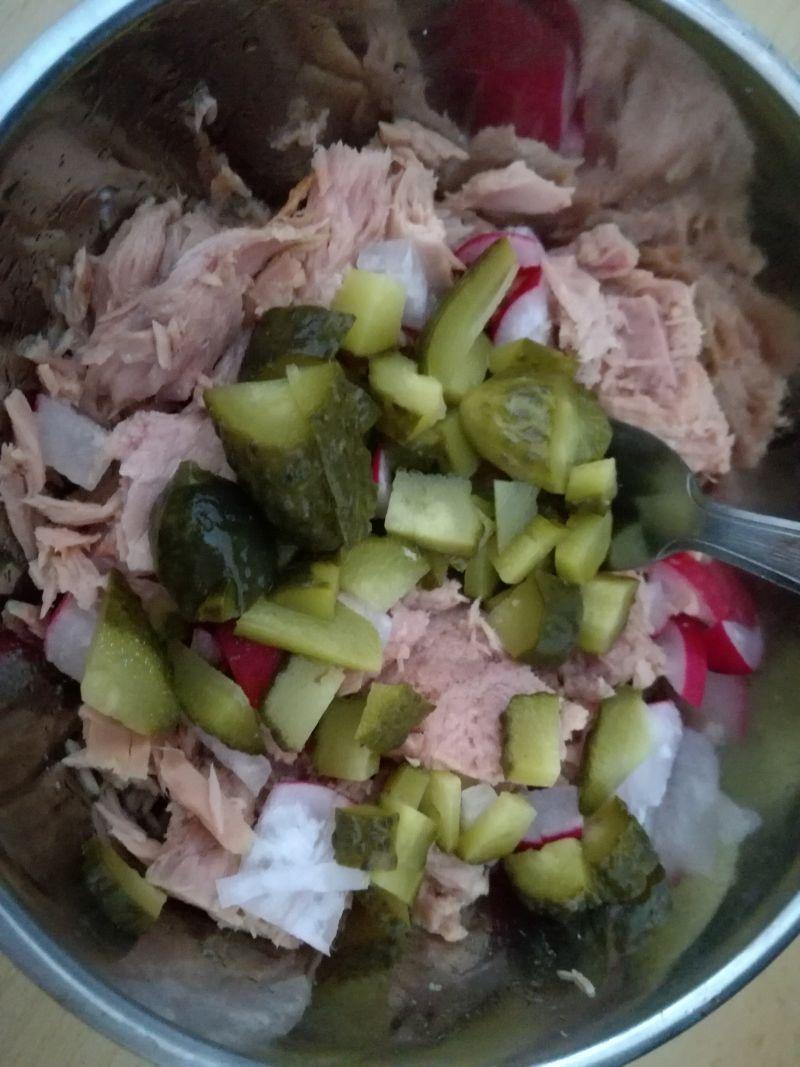 Sałatka z tuńczykiem, rzodkiewkami i serem wędzony