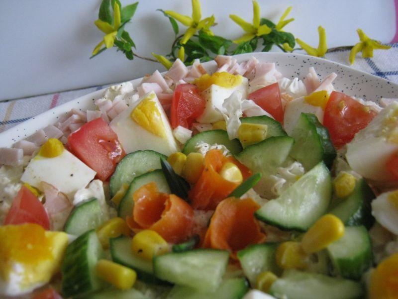 Sałatka z warzywami i szynką