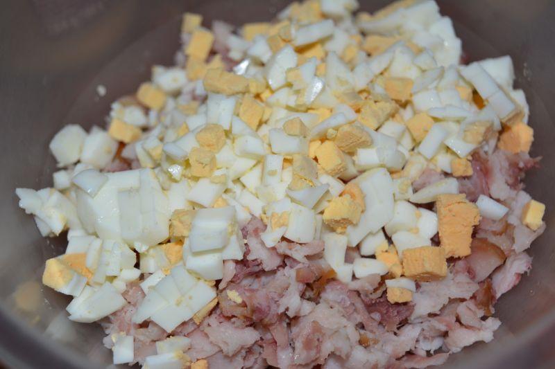 Sałatka z wędzonego karpia z jajkiem i szczypiorki
