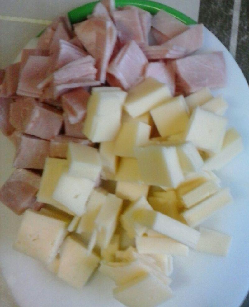Sałatka z żółtego sera, wędliny i pora