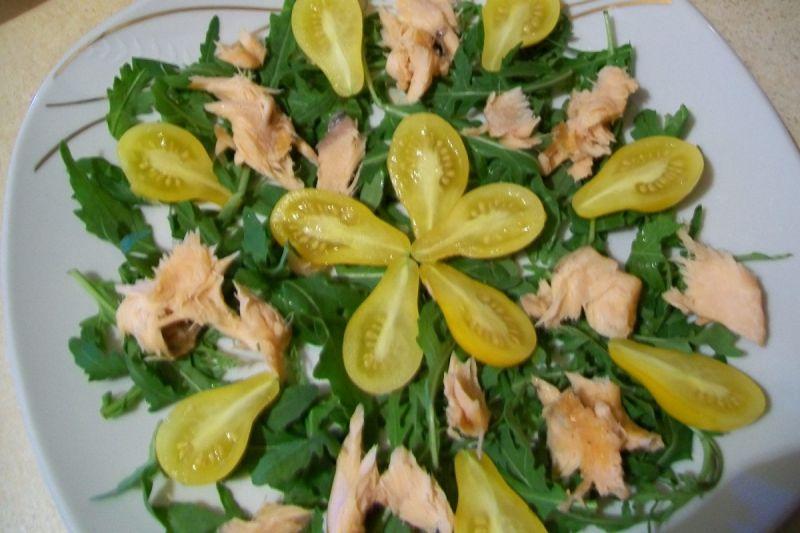 Sałatka z żółtymi pomidorkami i wędzonym łososiem