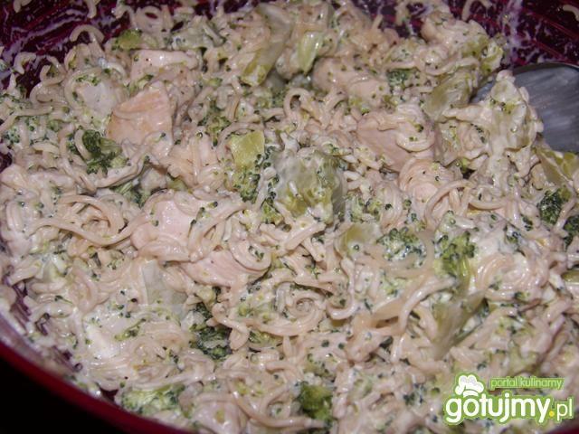 Sałatka z zupek chińskich i brokuła