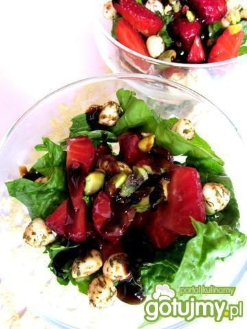 Sałatka ze świeżego szpinaku i truskawek
