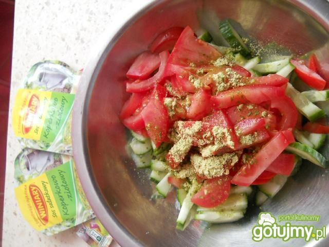 Sałatkaze smietaną pomidorem i ogórkiem