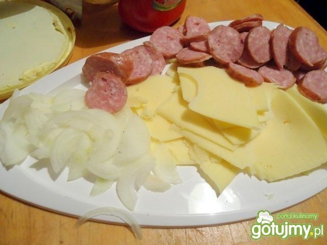 Sandwitche z kiełbaską, cebulką i serem