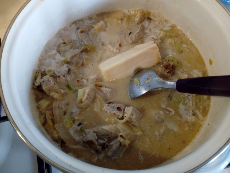Schab w sosie śmietanowo-serowym z porem i cebulą