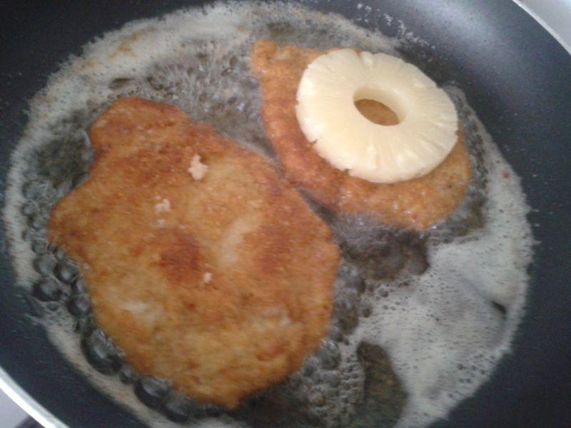 Schabowy z ananasem i żółtym serem