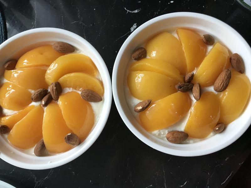 Serniczek z brzoskwiniami i migdałami