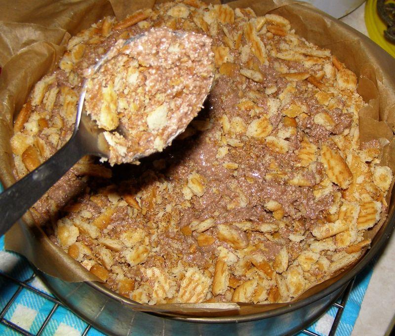 Sernik kakaowy z chałwą na krakersach pieczony