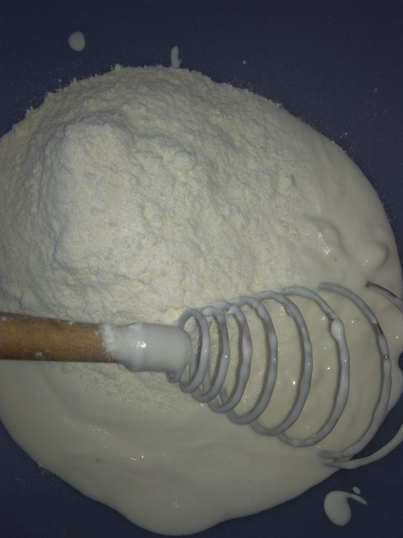 Sernik na ciasteczkowym spodzie z truskawkami.