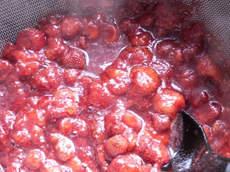 Sernik na zimno z musem truskawkowym