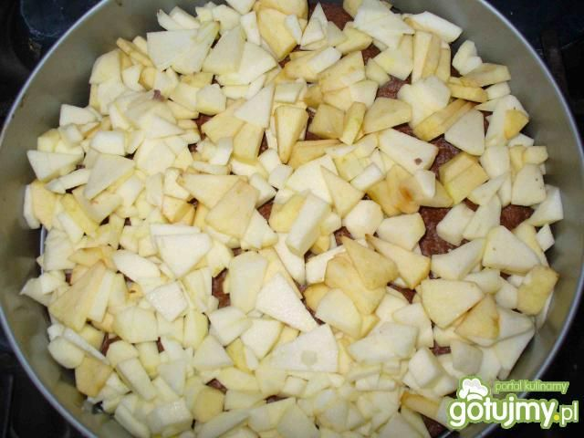 Sernik z jabłkami na ciemnym cieście
