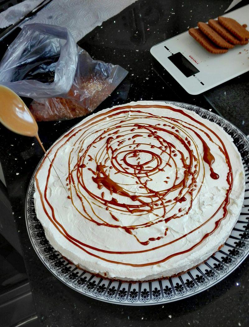 Sernik z kremem z karmelizowanych ciasteczek