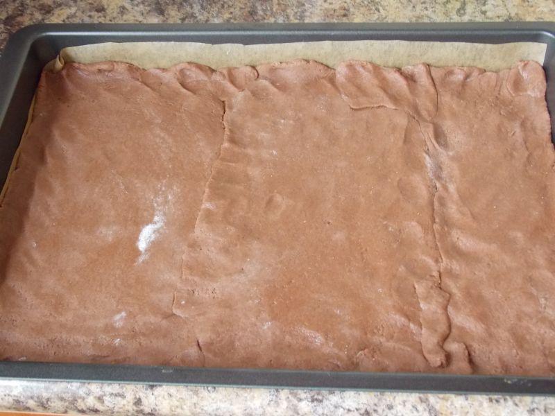 Sernik z rodzynkami na kakaowym cieście