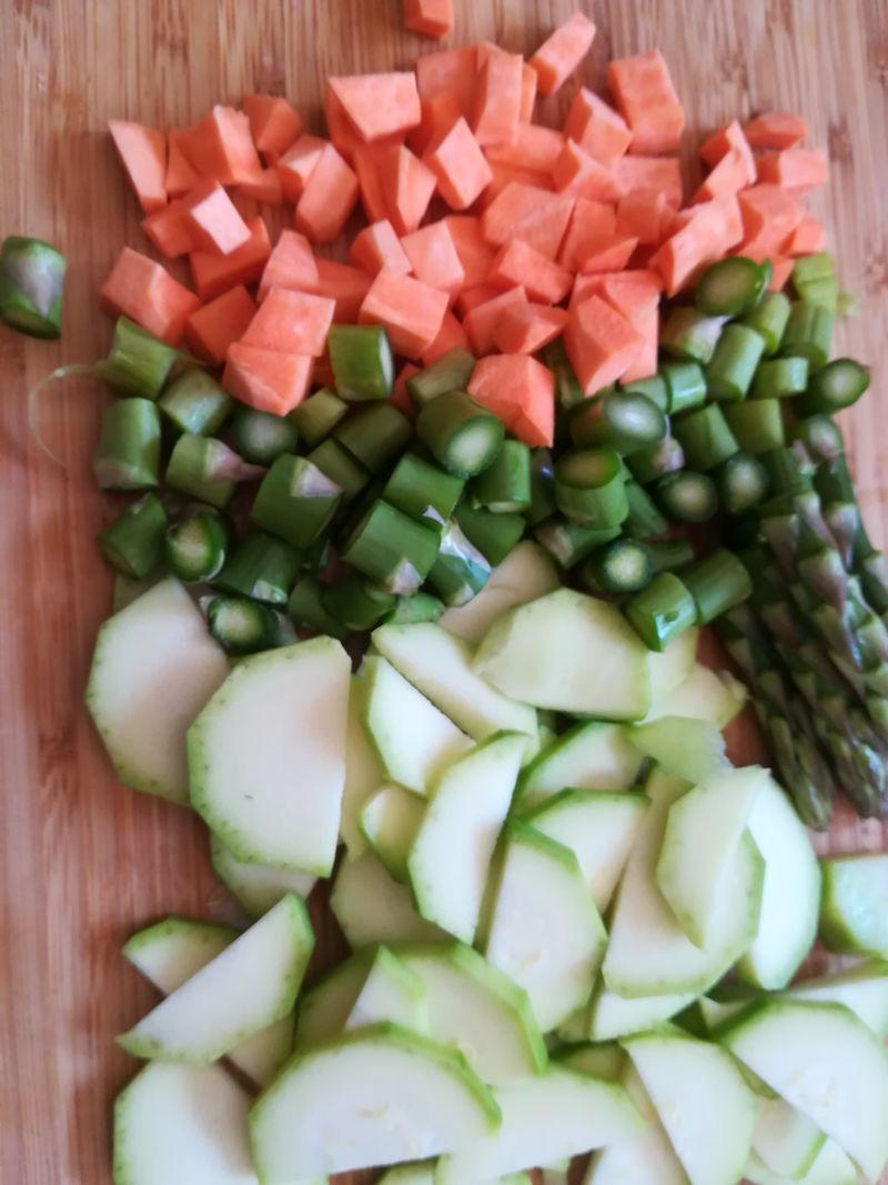 Serowy omlet z warzywami