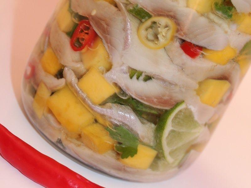 Śledziki z mango, limonką, kolendrą i papryczką
