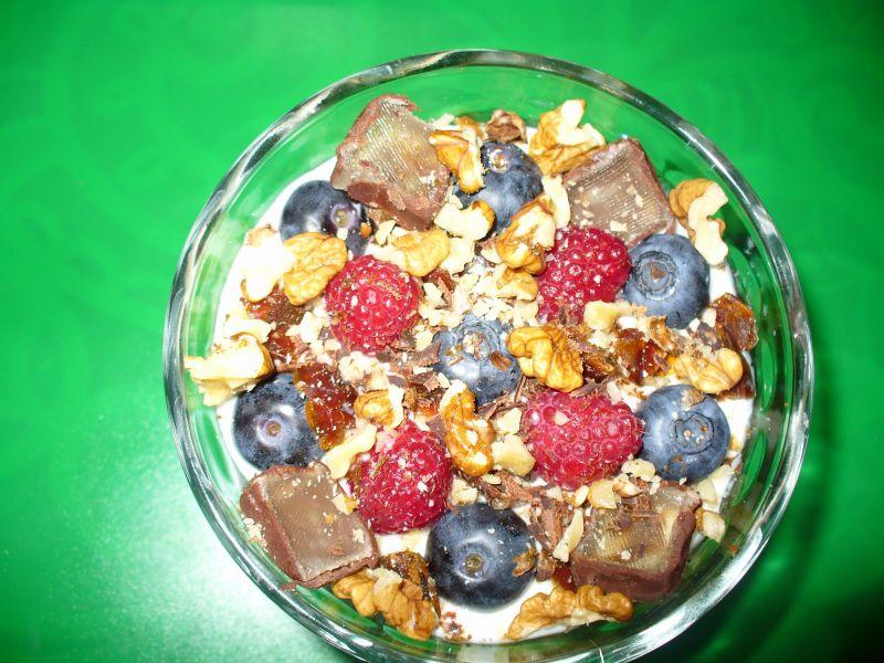 Słodki deser z masą jogurtową i borówkami
