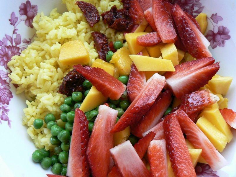 Słoneczna sałatka z mango i ananasem z grilla