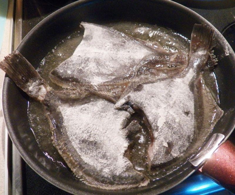 Smażona flądra z aromatycznym masłem