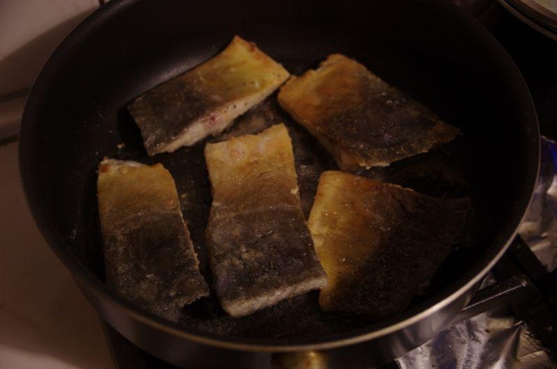 Smażony karp z karmelizowaną cebulą