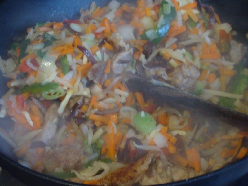 Smażony makaron z warzywami