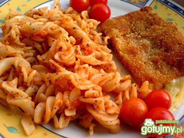Smażony ser z makaronem i pomidorami