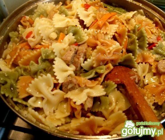 Śmietanowe farfalle z mięsem i warzywami
