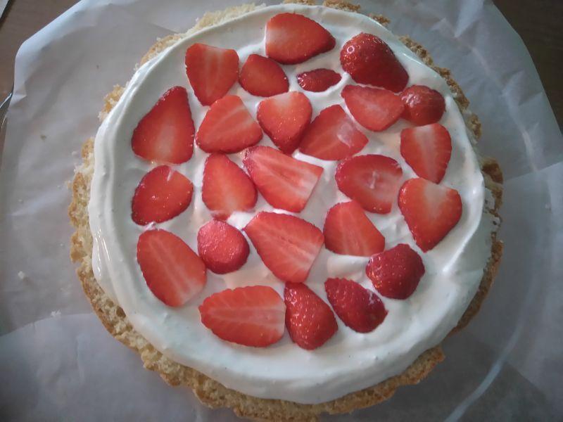 Śmietanowy tort z truskawkami