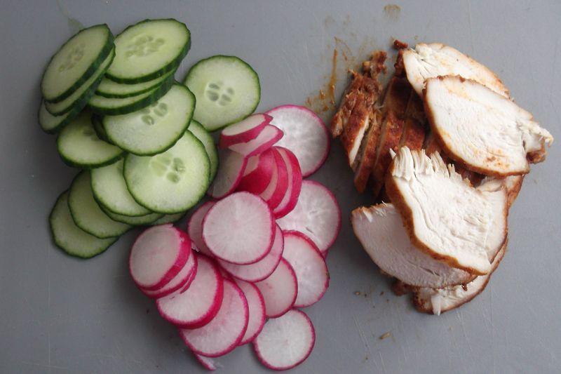 Śniadaniowa bułka z warzywami i piersią kurczaka