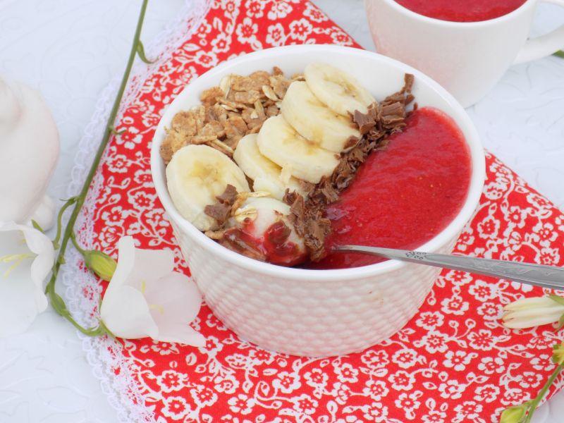 Śniadaniowa kasza manna z musem truskawkowym
